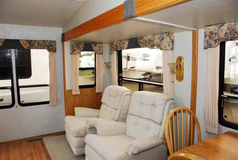 Pre Owned 2002 Glendale Titanium 24e29 Fifth Wheel
